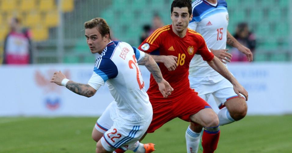05.mar.2014 - Andrei Yeshchenko (e), da Rússia, leva a melhor sobre Henrikh Mkhitaryan, da Armênia, durante amistoso em Krasnodar