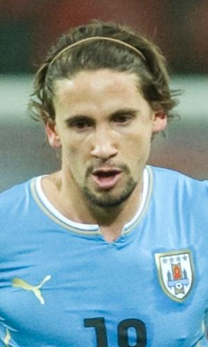 05.mar.2014 - Gastón Ramírez, do Uruguai, carrega a bola durante o amistoso contra a Áustria em Klagenfurt