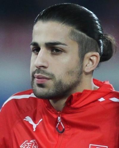 05.mar.2014 - Ricardo Rodriguez, da Suíça, se perfila antes do amistoso contra a Croácia em St. Gallen