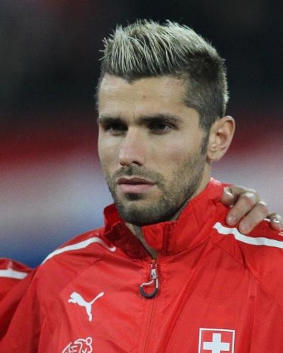 05.mar.2014 - Valon Behrami, da Suíça, se perfila antes do amistoso contra a Croácia em St. Gallen