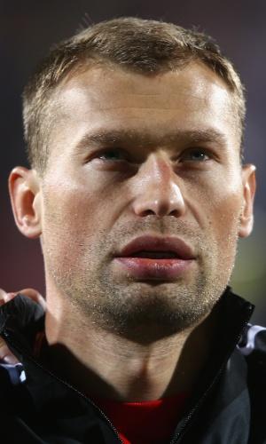 11.out.2013 - Vasili Berezutski, da Rússia, fica perfilado antes da partida contra Luxemburgo pelas eliminatórias da Copa do Mundo-2014