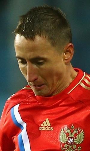 11.out.2013 - Vladimir Bystrov, da Rússia, domina a bola durante a partida contra Luxemburgo pelas eliminatórias da Copa do Mundo-2014