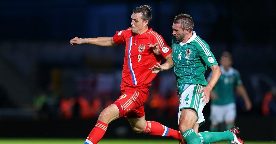 14.ago.2013 - Artem Dzyuba (e), da Rússia, disputa jogada com Gareth McAuley, da Irlanda do Norte, durante partida pelas eliminatórias da Copa do Mundo-2014