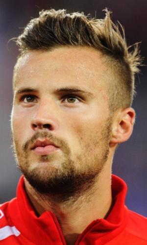 14.ago.2013 - Haris Seferovic, da Suíça, fica perfilado antes do amistoso contra o Brasil na Basileia
