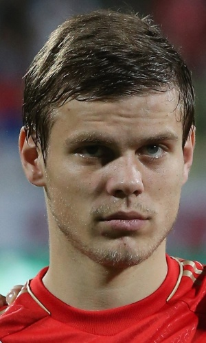 15.nov.2013 - Aleksandr Kokorin, da Rússia, fica perfilado antes do amistoso contra a Sérvia em Dubai