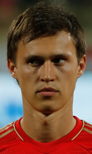 19.nov.2013 - Aleksandr Ryazantsev, da Rússia, fica perfilado antes do amistoso contra a Coreia do Sul em Dubai