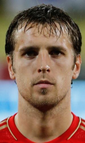 19.nov.2013 - Dmitri Kombarov, da Rússia, fica perfilado antes do amistoso contra a Coreia do Sul em Dubai