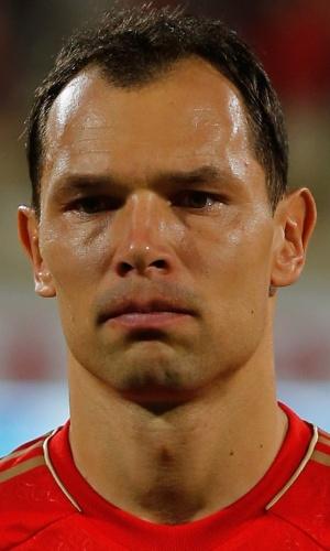 19.nov.2013 - Sergei Ignashevich, da Rússia, se perfila antes do amistoso contra a Coreia do Sul em Dubai