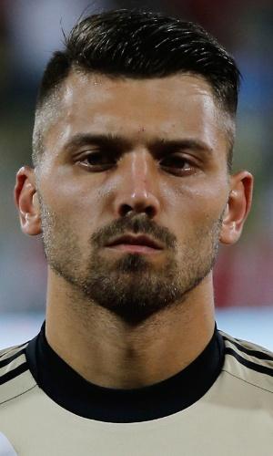 19.nov.2013 - Yuri Lodygin, goleiro da Rússia, fica perfilado antes do amistoso contra a Coreia do Sul em Dubai
