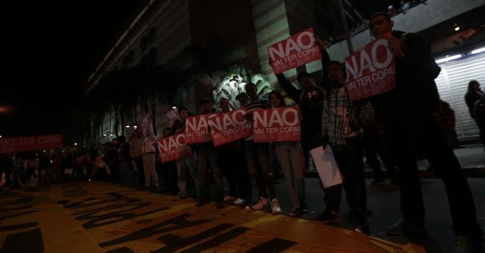 29.abr.2014 - Ato contra a Copa do Mundo no Brasil reúne manifestantes na região do bairro do Tatuapé, em São Paulo