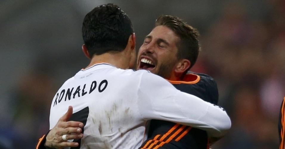 29.abr.2014 - Cristiano Ronaldo é abraçado por Sergio Ramos após marcar o quarto gol do Real Madrid, seu 16º nesta Liga dos Campeões. Com a marca, ele garante o posto de mairo artilheiro de uma edição do campeonato