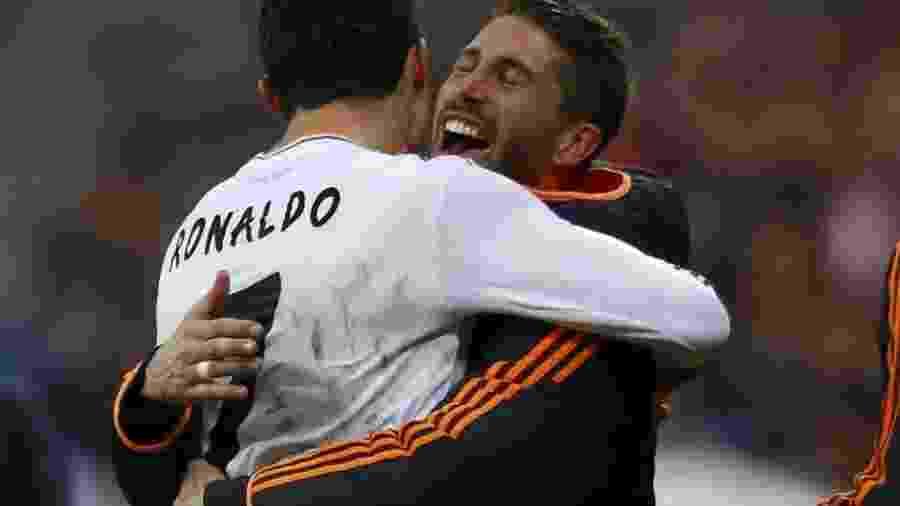 Cristiano Ronaldo é abraçado por Sergio Ramos após marcar o quarto gol do Real Madrid contra o Bayern de Munique - Michael Dalder/Reuters