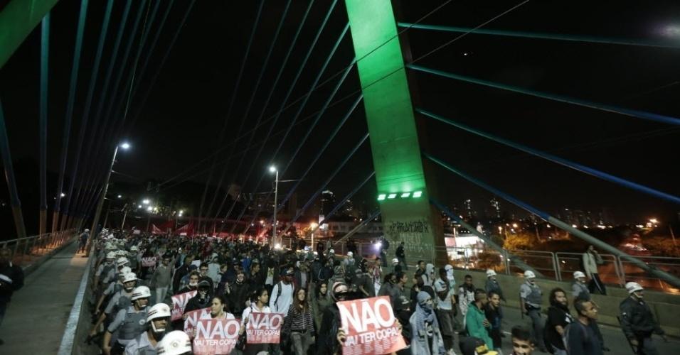 29.abr.2014 - Grupo de manifestantes caminha sobre a ponte estaiada da zona leste de São Paulo em ato contra a Copa do Mundo no Brasil