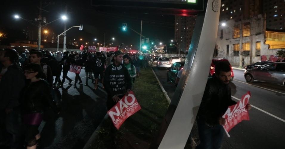 29.abr.2014 - Manifestantes caminham pelas ruas da zona leste de São Paulo em ao contra a Copa do Mundo. Segundo a Polícia Militar, protesto reúne cerca de 500 pessoas