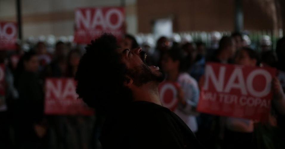 29.abr.2014 - Manifestantes se reúnem no bairro do Tatuapé para protestar contra a realização da Copa do Mundo no Brasil