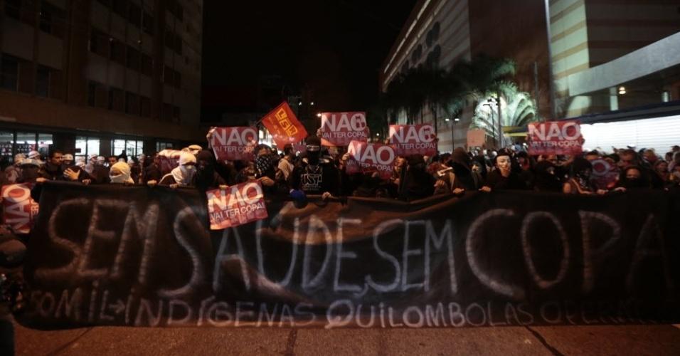 29.abr.2014 - Manifestantes se reúnem no bairro do Tatuapé para protestar contra a realização da Copa do Mundo no Brasil.Saúde, educação e a causa indígena pautam as reivindicações