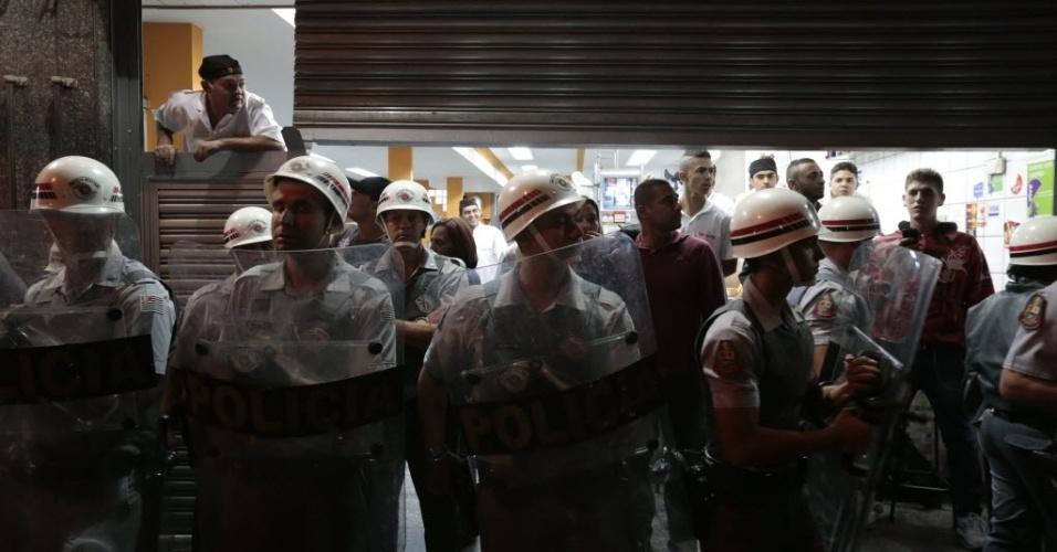 29.abr.2014 - Polícia cria cordão de isolamento para proteger comércio de manifestação contra a Copa do Mundo