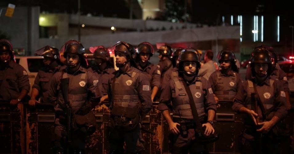 29.abr.2014 - Policiais militares escoltam protesto contra a Copa do Mundo no Brasil no bairro do Tatuapé, em São Paulo