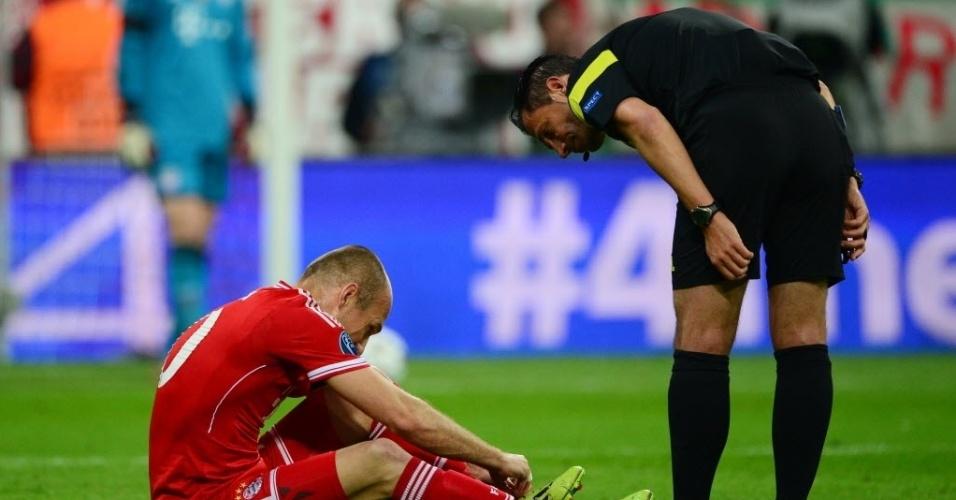 Árbitro fala com Robben, que senta no gramado para amarrar a chuteira (29.abr.2014)