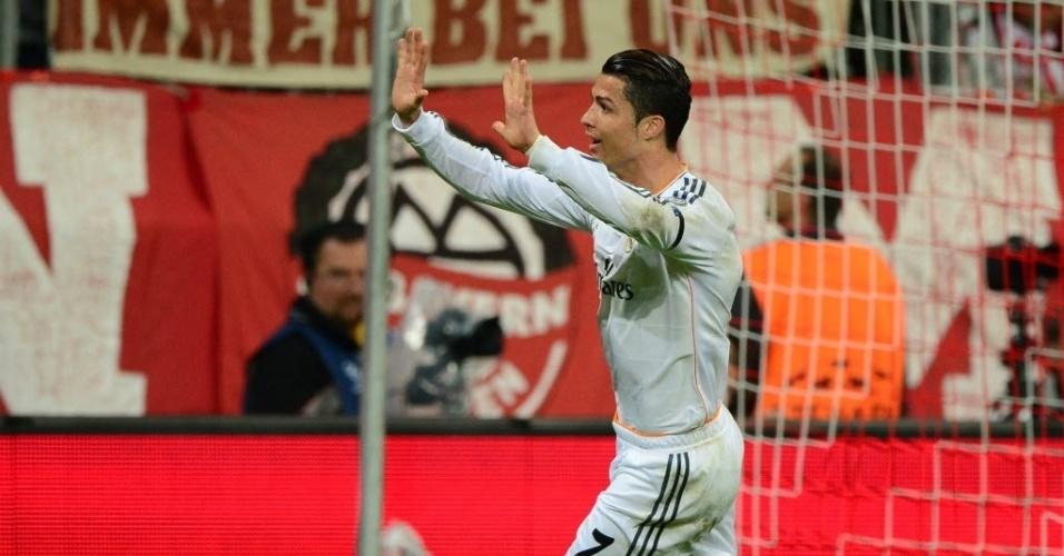 Cristiano Ronaldo acena após marcar o terceiro do Real Madrid (29.abr.2014)