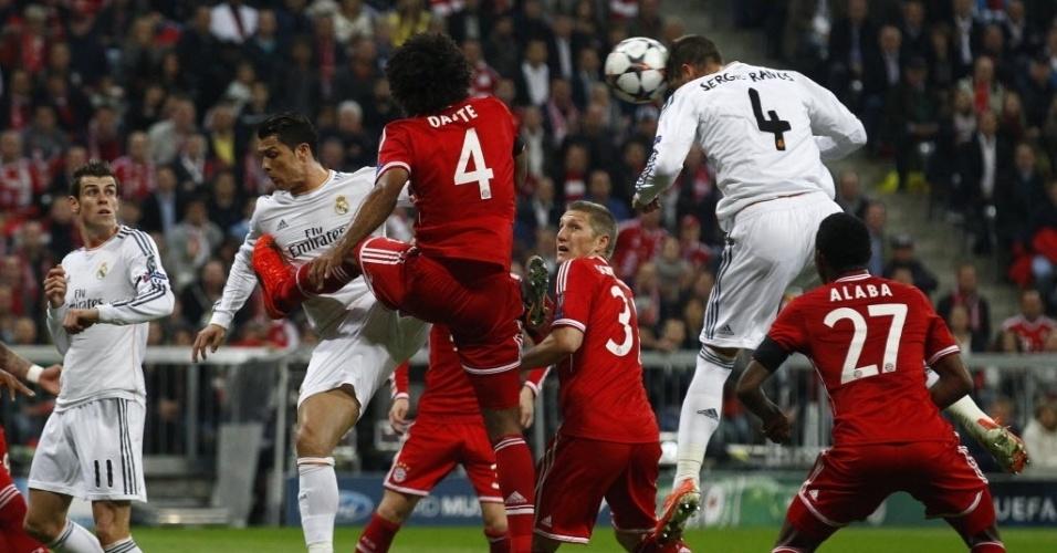 Dante divide com C. Ronaldo enquanto S. Ramos cabeceia para marcar para o Real (29.abr.2014)