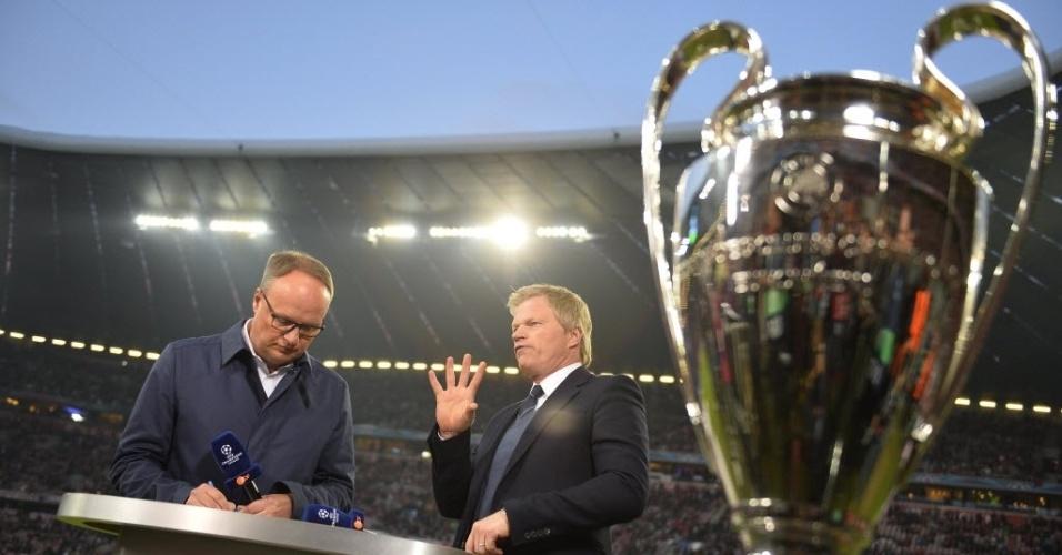 Ídolo do futebol alemão, Oliver Kahn (dir) aparece ao lado do troféu da Liga (29.abr.2014)
