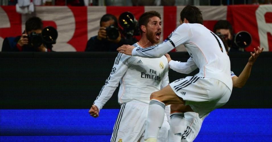 Ramos comemora com Bale após marcar o segundo gol contra o Bayern (29.abr.2014)