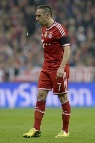 Ribéry cospe no gramado durante o jogo entre Bayern de Real pelas semis da Liga (29.abr.2014)
