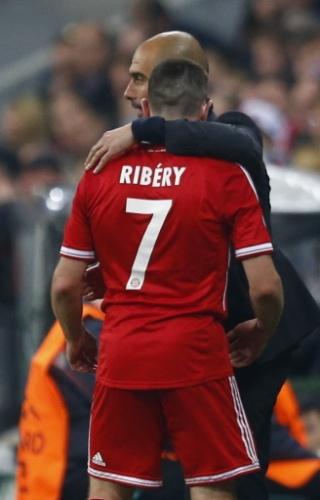 Ribéry é abraçado por Guardiola ao ser substituído por Mario Goetze (29.abr.2014)
