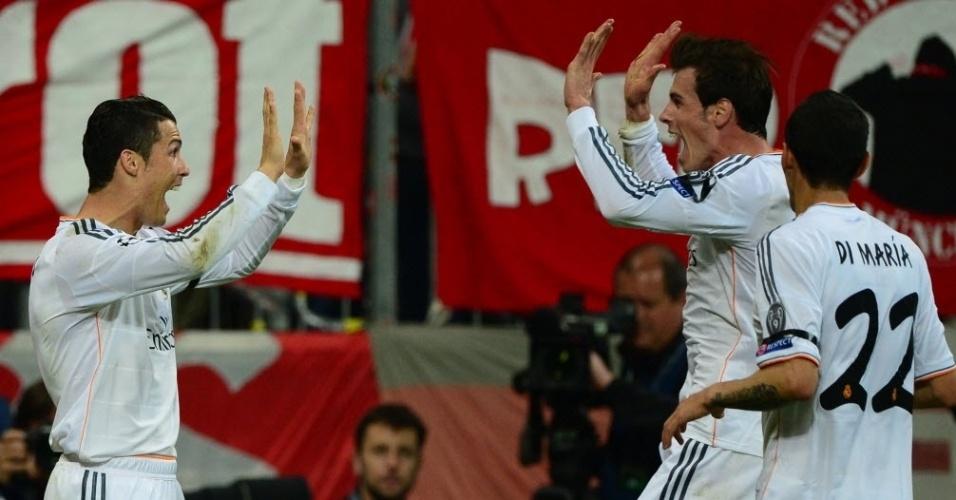 Ronaldo cumprimenta Bale após se tornar o maior artilheiro em uma Liga (29.abr.2014)