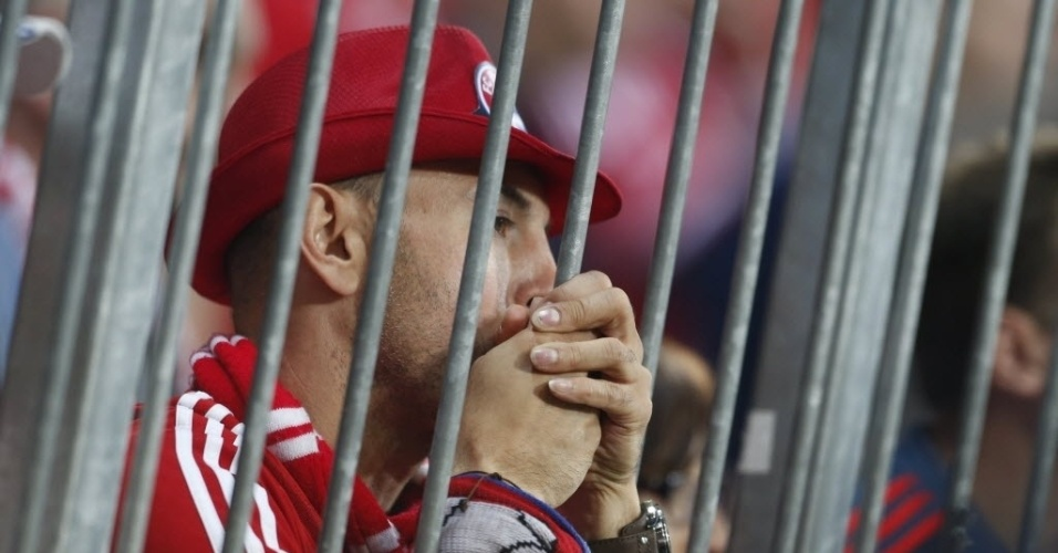 Torcedor do Bayern fica apreensivo na arquibancada da Allianz Arena (29.abr.2014)