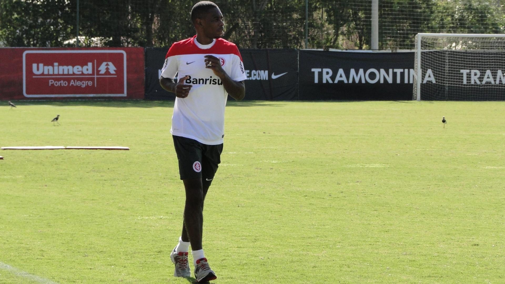 Zagueiro Juan corre ao redor do gramado 1 do CT do Parque Gigante em treino do Internacional