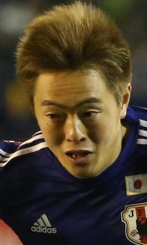 05.mar.2014 - Manabu Saito, do Japão, domina a bola durante a partida contra a Nova Zelândia em Tóquio