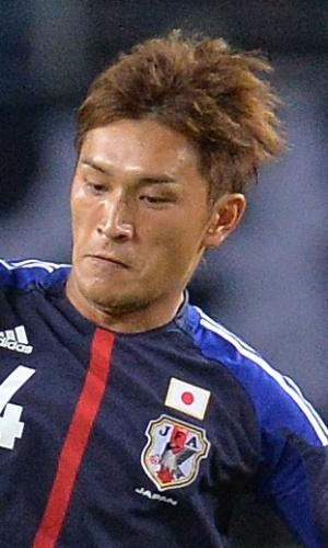 06.set.2013 - Toshihiro Aoyama (d), do Japão, disputa jogada com Jonathan Márquez, da Guatemala, durante amistoso em Yokohama