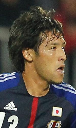 11.out.2013 - Hajime Hosogai, do Japão, conduz a bola durante amistoso contra a Sérvia em Novi Sad