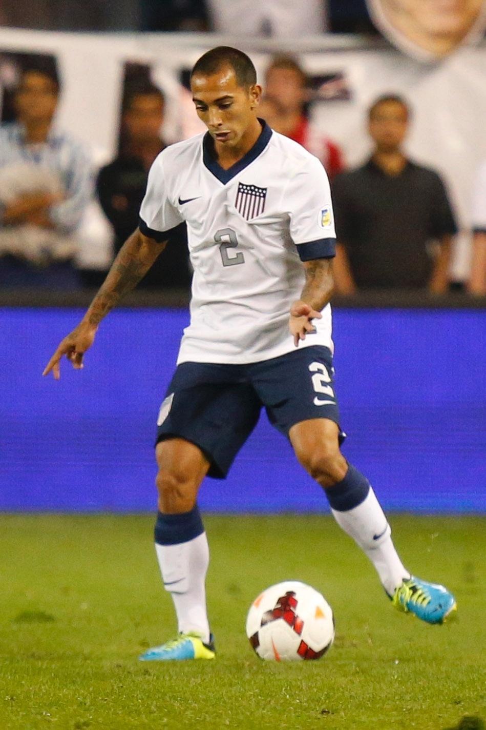 11.out.2013 -Edgar Castillo, dos EUA, toca a bola durante a partida contra a Jamaica