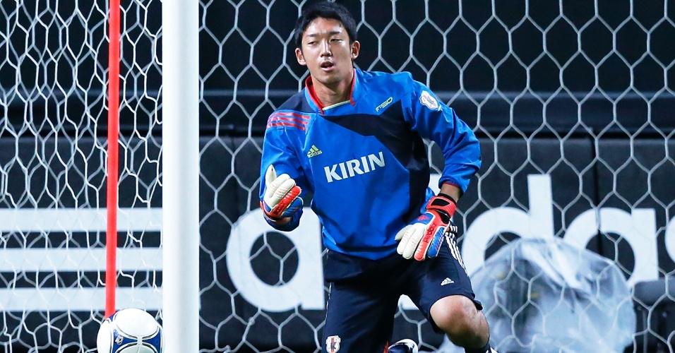 14.ago.2012 - Shuichi Gonda, goleiro do Japão, faz exercícios durante treino antes de jogo contra a Venezuela