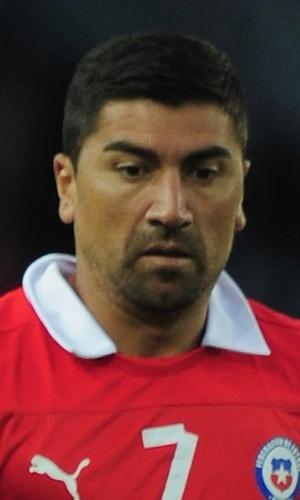 14.ago.2013 - David Pizarro, do Chile, carrega a bola durante amistoso contra o Iraque em Brondby (Dinamarca)