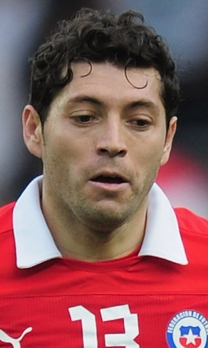 14.ago.2013 - José Rojas, do Chile, domina a bola durante amistoso contra o Iraque em Brondby (Dinamarca)