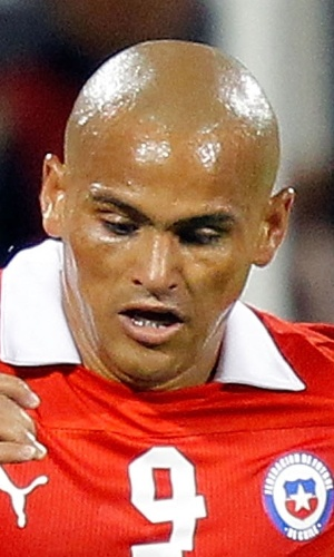 15.ago.2012 - Humberto Suazo, do Chile, domina a bola durante amistoso contra o Equador em Nova York
