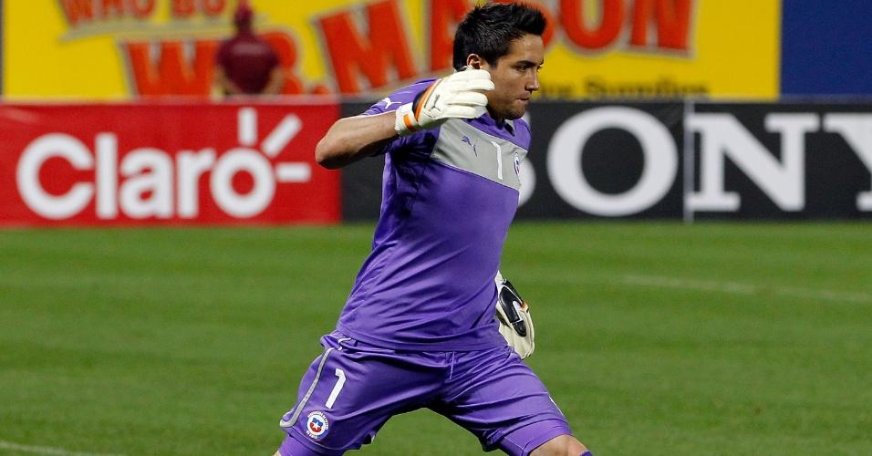 15.ago.2012 - Miguel Pinto, goleiro do Chile, fica com a bola durante amistoso contra o Equador em Nova York