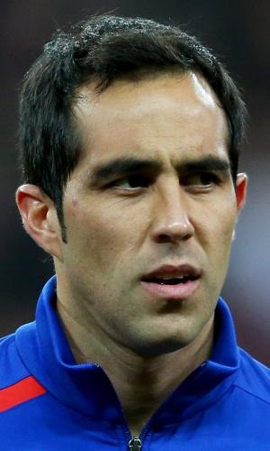 15.nov.2013 - Claudio Bravo, do Chile, se perfila antes do amistoso contra a Inglaterra em Wembley