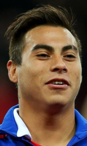 15.nov.2013 - Eduardo Vargas, do Chile, canta o hino nacional antes do amistoso contra a Inglaterra em Wembley