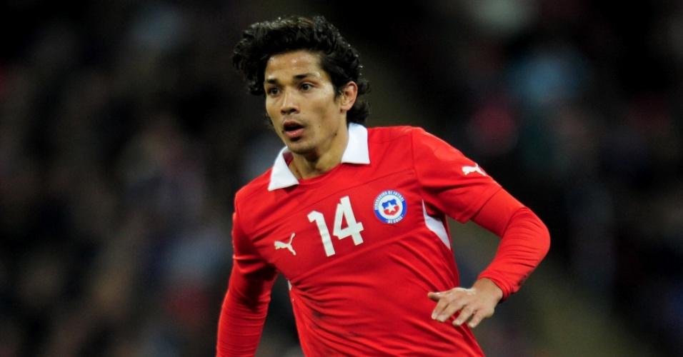 15.nov.2013 - Matías Fernández, do Chile, carrega a bola durante amistoso contra a Inglaterra em Wembley