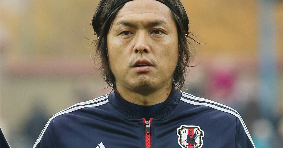 15.out.2013 - Yasuhito Endo, do Japão, canta o hino nacional antes do amistoso contra Belarus em Zhodzina (Belarus)