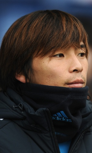 16.nov.2013 - Takashi Inui, do Japão, tenta se proteger do frio antes do amistoso contra a Holanda em Genk (Bélgica)