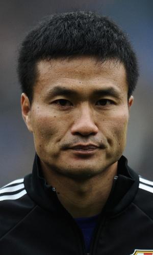 16.nov.2013 - Yasuyuki Konno, do Japão, fica perfilado antes do amistoso contra a Holanda em Genk (Bélgica)