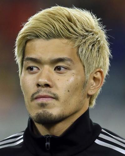 19.nov.2013 - Hotaru Yamaguchi, do Japão, fica perfilado antes do amistoso contra a Bélgica em Bruxelas