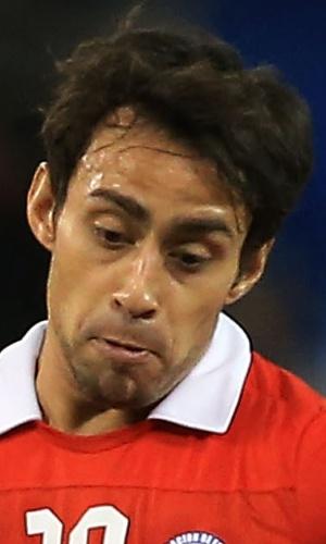 19.nov.2013 - Marcado por Luiz Gustavo, Jorge Valdivia, do Chile, tenta tocar a bola durante amistoso contra o Brasil em Toronto