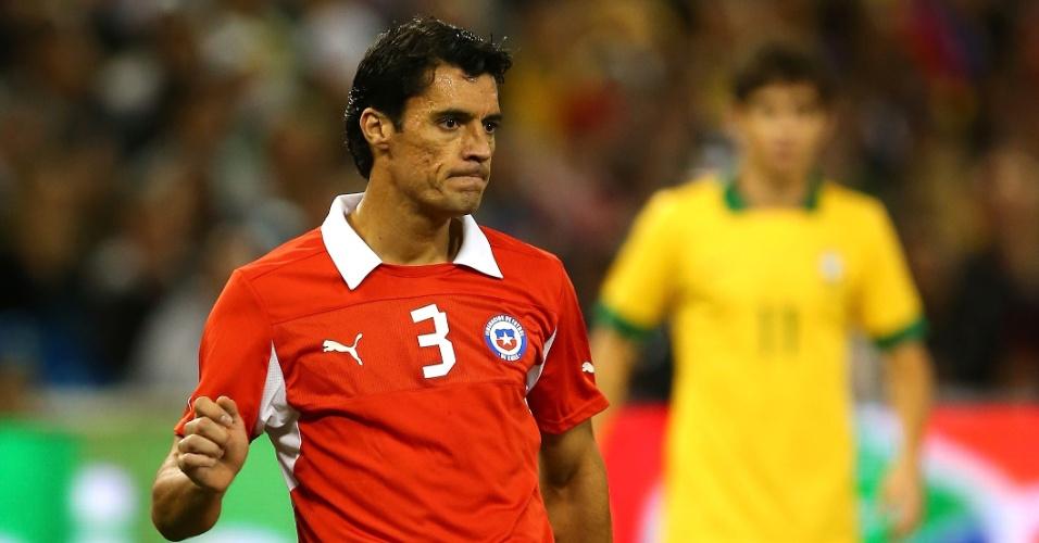 19.nov.2013 - Marcos González, do Chile, tenta tocar a bola durante amistoso contra o Brasil em Toronto